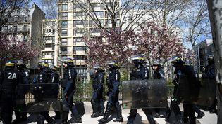 """Des CRS mobilisés lors d'une manifestation de """"gilets jaunes"""", le 6 avril 2019 à Paris. (ANNE-CHRISTINE POUJOULAT / AFP)"""