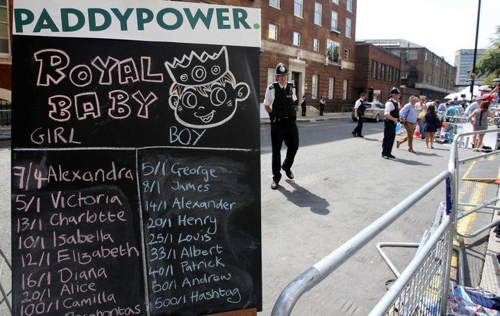 Paris sur le prénom du Royal Baby devant la maternité de l'hôpital St Mary, à Londres (Royaume-Uni), le 22 juillet 2013. ( MAXPPP)