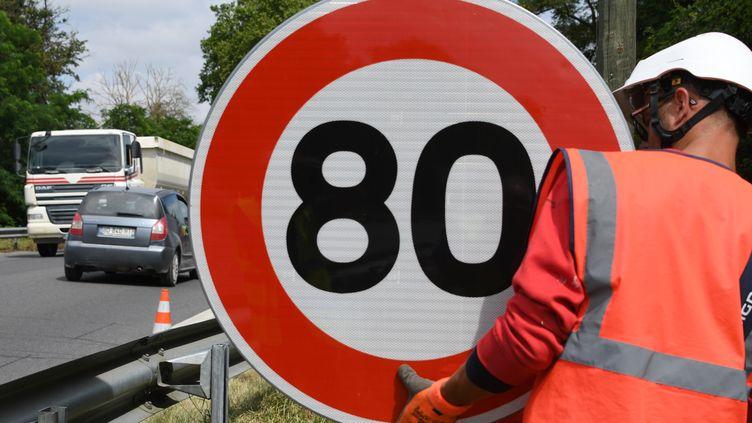 Des panneaux de limitation de vitesse à 80 km/h sont installés en bord de routes (PASCAL PAVANI / AFP)
