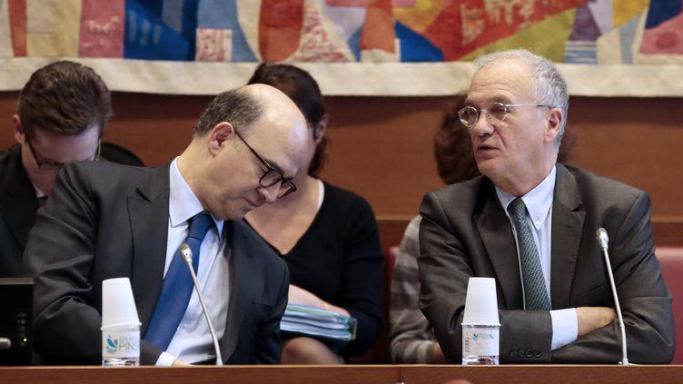 Le ministre de l'Economie, Pierre Moscovici (G), et le président de la commission des finances de l'Assemblée nationale, Gilles Carrez (D), le 30 janvier 2013 à Paris. (JACQUES DEMARTHON / AFP)
