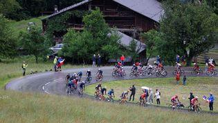 Le peloton du Tour de France lors de la 9e étape entre Cluses et Tignes, le 5 juillet 2021. (THOMAS SAMSON / AFP)