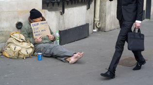Un sans-abri dans les rues de Paris, le 14 mars 2015. (KENZO TRIBOUILLARD / AFP)