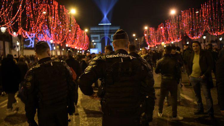 Des gendarmes patrouillent sur les Champs-Elysées, à Paris, le 31 décembre 2018. (LUCAS BARIOULET / AFP)