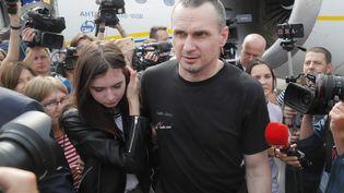 Oleg Sentsov avec sa fille Alina, à sa descente d'avion à l'aéroport international de Boryspil près de Kiev. Le réalisateur ukrainien a été libéré lors d'un échange de prisonniers (7 septembre 2019) (SERGEY DOLZHENKO / EPA / NEWSCOM / MAXPPP)
