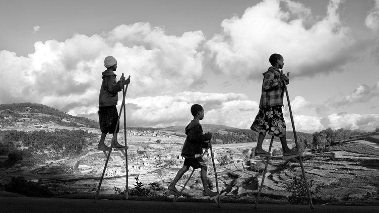De jeunes gardiens de zébus montés sur des échasses (2011). (PIERROT MEN)