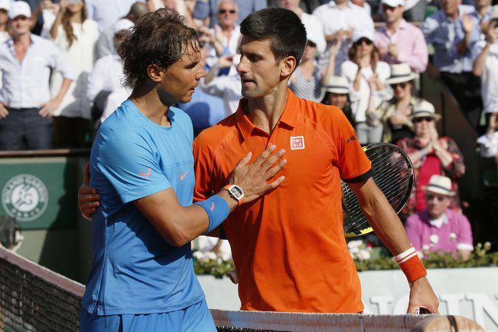 Rafael Nadal et Novak Djokovic après le quart de finale de Roland-Garros 2015. (PATRICK KOVARIK / AFP)