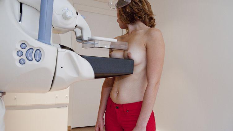 Une mammographie réalisée dans un centre médical, à Paris, le 27 janvier 2011. (B. BOISSONNET / BSIP / AFP)