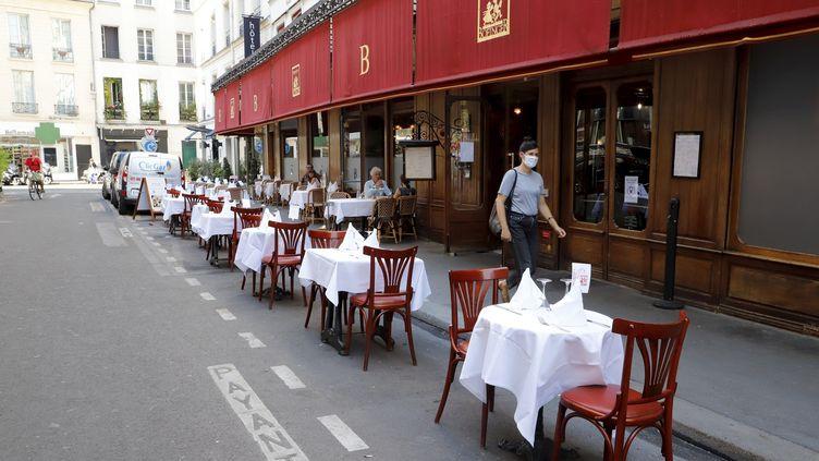Une terrasse éphémère, installée sur des places de parking, dans le 4e arrondissement de Paris. (DELPHINE GOLDSZTEJN / MAXPPP)