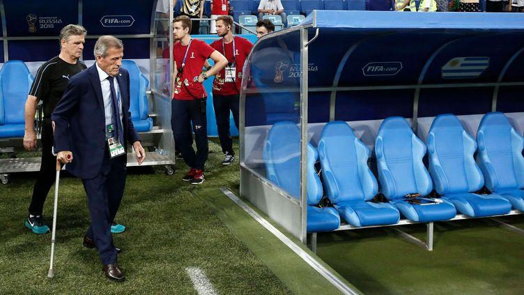 Le sélectionneur uruguayen Oscar Tabarez marche, avec sa béquille, vers le banc uruguayen, avant le 8e de finale Uruguay-Portugal, le 30 juin 2018 à Sotchi (Russie). (MICHAEL ZEMANEK/BPI/SHU/SIPA)