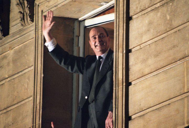 Jacques Chirac salue la foule depuis le balcon de la permanence électorale du RPR, le 7 mai 1995, après son élection. (PIERRE BOUSSEL / AFP)