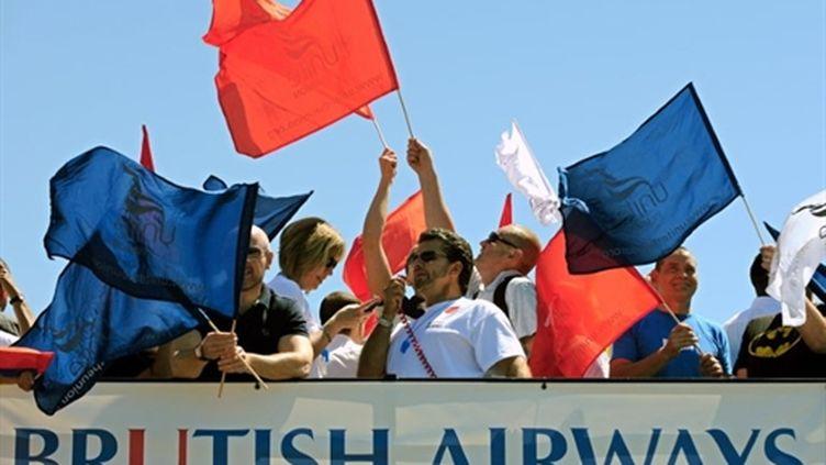 Grèvistes du syndicat Unite à l'aéroport d'Heathrow (Londres), le 24/05/10 (AFP/Adrien Dennis)