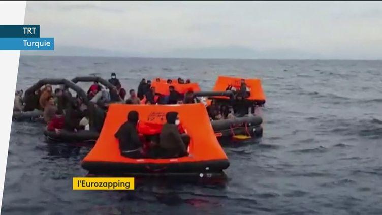 Des migrants sur la mer Egée. (franceinfo)
