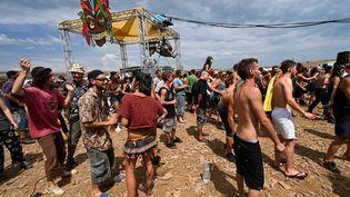 Lesparticipants àcette rave-party, le 10 août 2020 en Lozère, ne portent pas de masque. (PASCAL GUYOT / AFP)