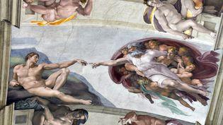 """Un pan du plafond de la chapelle Sixtine, au Vatican, montrant """"La Création d'Adam"""" de Michel-Ange. (GABRIEL BOUYS / AFP)"""