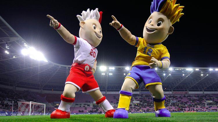 Slavko et Slavek, mascottes un peu fades de l'Euro 2012, le 17 novembre 2010 à Genève. (FABRICE COFFRINI / AFP)