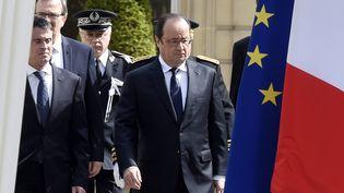 Le président François Hollande et son Prmeier ministre Manuel Valls arrive à la préfecture de Versailles (Yvelines) pour la cérémonie d'hommage au couple de policiers tués à Magnanville, le 17 juin 2016. (DOMINIQUE FAGET / AFP)