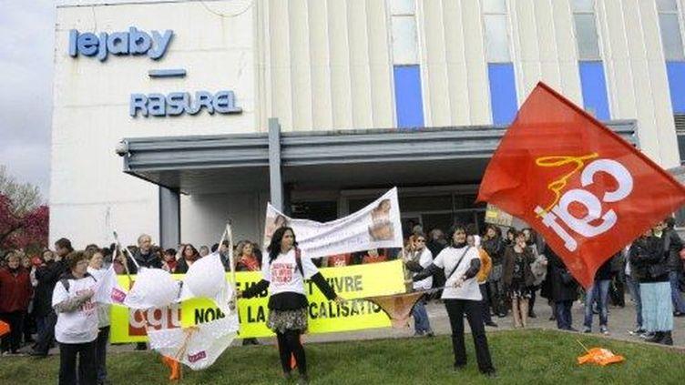 Manifestation le 12 avril 2010 contre les suppressions d'emplois lors de la reprise par Palmers Textil (AFP PHOTO/PHILIPPE DESMAZES)