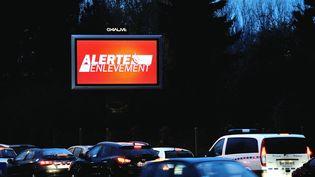 Un panneau indique l'alerte enlèvement après le rapt d'un bébé de deux jours à Nancy (Meurthe-et-Moselle), le 19 décembre 2012, à Lille (Nord). (PHILIPPE HUGUEN / AFP)