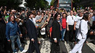 """Le tribute band """"Fab Gear"""" traverse le mythique passage piéton Abbey Road le 8 août 2019, à l'occasion du 50ème anniversaire du cliché. (DANIEL LEAL-OLIVAS / AFP)"""