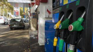 Une pompe à essence dans une station service. (GREG LOOPING / AFP)