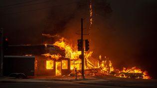 Un magasin en flammes, àParadise (Californie), le 8 novembre 2018. (JOSH EDELSON / AFP)