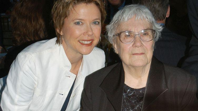 """L'actrice Annette Bening (G) et la romancière Harper Lee (D), lors d'un dîner en l'honneur de l'auteure de """"Ne tirez pas sur l'oiseau moqueur"""" en 2005 à Los Angeles (Californie). (STEPHEN SHUGERMAN / GETTY IMAGES NORTH AMERICA / AFP)"""