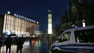 Des véhicules de police stationnent, le 11 janvier 2016, devant la gare centrale de Cologne (Allemagne) où des centaines d'agressions ont eu lieu durant la nuit du Nouvel An. (OLIVER BERG / DPA)