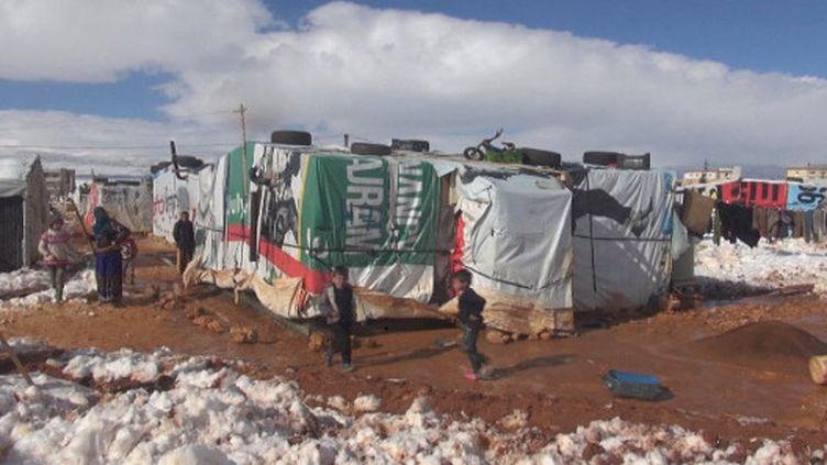 Les dizaines de milliers de réfugiés syriens des camps de la vallée de la Bekaa, dans l'est du Liban, sont touchés par un hiver rude, des pluies torrentielles et des températures glaciales. (France 24)