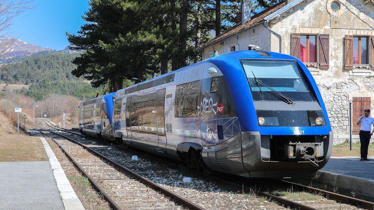 Le TER Grenoble-Gap en gare de Clelles (Isère), le 27 mars 2019. (ELISE LAMBERT / FRANCEINFO)