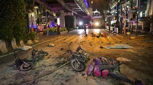 Des motos détruites devant les forces de sécurité sur les lieux d'une explosion dans le centre de Bangkok (Thaïlande), le17 août 2015. (ATHIT PERAWONGMETHA / REUTERS )