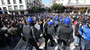 Une manifestation le 23 février 2019 à Alger (Algérie) contre la nouvelle candidature à la présidentielle, dans deux mois, d'Abdelaziz Bouteflika, au pouvoir depuis 1999. (BILLEL BENSALEM / APP / MAXPPP)