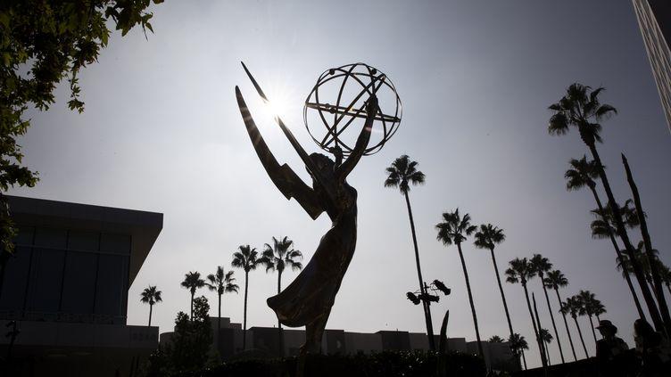 Une statuette Emmy exposée le 15 septembre 2021 à Los Angeles durant un rendez-vous presse en prévision de la cérémonie des Emmy Awards (CAROLINE BREHMAN / EPA / MaxPPP)