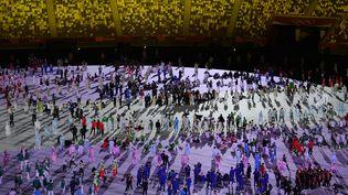 Les athlètes rassemblés au centre du stade olympique de Tokyo, lors de la cérémonie d'ouverture des JO, le 23 juillet 2021. (ALEXEY FILIPPOV / SPUTNIK / AFP)