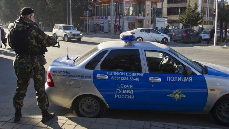 Un policier patrouille dans une rue de Sotchi, le 30 décembre 2013. La station balnéaire russe doit accueillir les prochains Jeux olympiques d'hiver,du 7 au 23 février 2014. (MAXIM SHEMETOV / REUTERS)