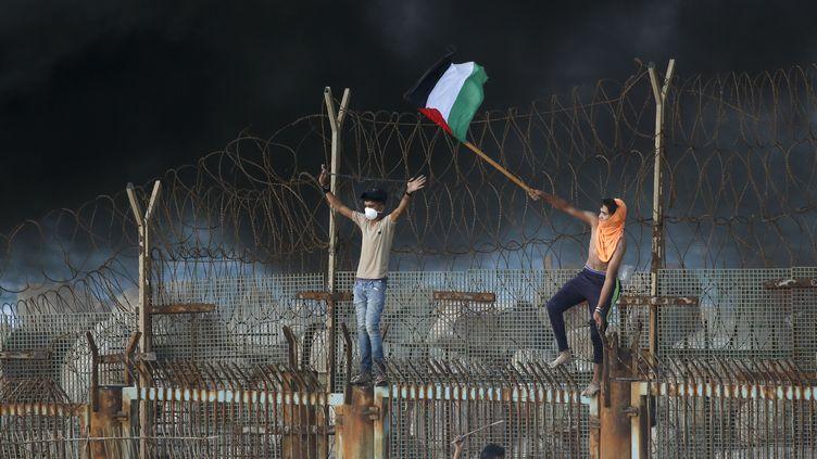 Des Palestiniens protestent près de la frontière avec Israël, le 8 octobre 2018, dans la bande de Gaza. (SAID KHATIB / AFP)