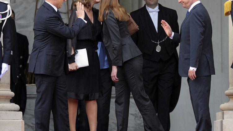 Nicolas Sarkozy, Valérie Trierweiler, Carla Bruni-Sarkozy et François Hollande,le 15 mai 2012, jour de la passation de pouvoirs, à l'Elysée. (PHILIPPE WOJAZER / AFP)
