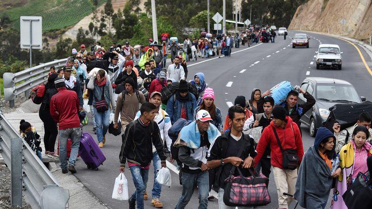 Des migrants vénézuéliensmarchent vers le Pérou, le long de la route panaméricaine à Tulcan, en Équateur, après avoir traversé la Colombie, le 21 août 2018. (LUIS ROBAYO / AFP)