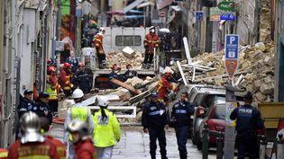 Des pompiers évacuent des gravas à la suite de l'effondrement de deux immeubles à Marseille (Bouches-du-Rhône), le 5 novembre 2018. (GERARD JULIEN / AFP)