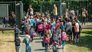 Des élèves quittent l'école primaire Paul Claudel à Tourcoing (Nord), le 16 juin 2017. (PHILIPPE HUGUEN / AFP)