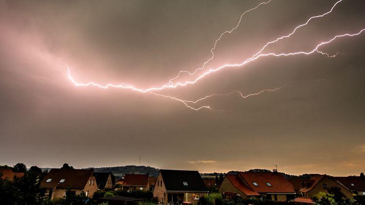 Un orage sur Godewaersvelde (Nord), le 13 août 2015. (PHILIPPE HUGUEN / AFP)
