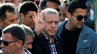 Le présidentRecep Tayyip Erdogan salue ses partisans, après les obsèques d'une des victimes du putsch militaire, à Istanbul (Turquie), le 17 juillet 2016. (ALKIS KONSTANTINIDIS / REUTERS)
