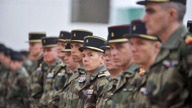 Les armées françaises vont être amputées de plus de 20 000 postes supplémentaires d'ici à 2019, par rapport au précédent plan du président Sarkozy. (FRANK PERRY / AFP)