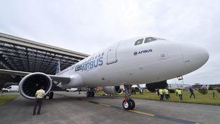 Le nouvel Airbus A320neo remotorisé est sorti pour la première fois de son hangar, le 1er juillet 2014 à Toulouse (Haute-Garonne). (ERIC CABANIS / AFP)