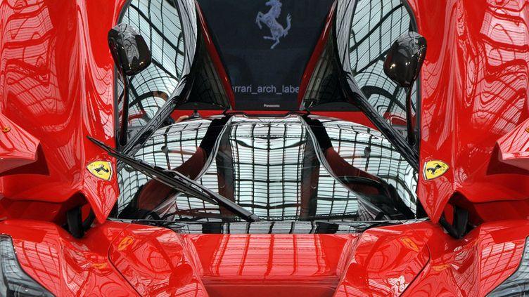 """""""LaFerrari"""", un modèle du constructeur automobile italien limité à 499 copies est exposé à Paris, le 22 avril 2013. (PIERRE ANDRIEU / AFP)"""
