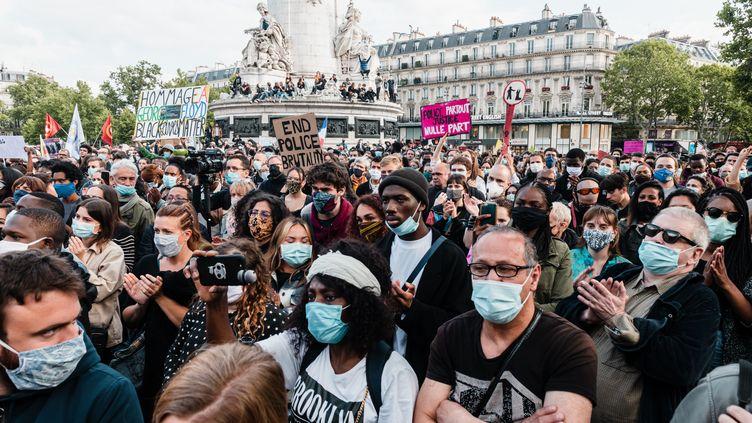 Des manifestantsrassemblés sur la place de la République à Paris à l'appel de l'association SOS Racisme, le 9 juin 2020, en hommage à George Floyd. (KARINE PIERRE / HANS LUCAS / AFP)