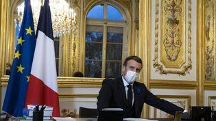 Le présidentfrançais, Emmanuel Macron, au téléphone avec le président des Etats-Unis, Joe Biden, le 10 novembre 2020, à l'Elysée, à Paris. (IAN LANGSDON / AFP)