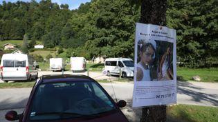 Une affichette pour retrouver Maelys autour du lac d'Aiguebelette, en Savoie. (MAXPPP)