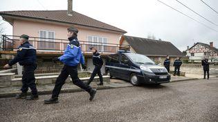 Des gendarmes devant la maison de Jonathan Daval, le 29 janvier 2018 à Gray-la-Ville (Haute-Saône). (SEBASTIEN BOZON / AFP)