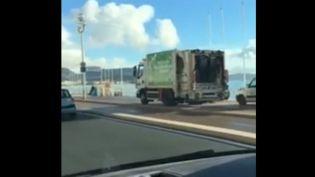 Un camion poubelle roulant sur la promenade des Anglais. (FRANCE 2)