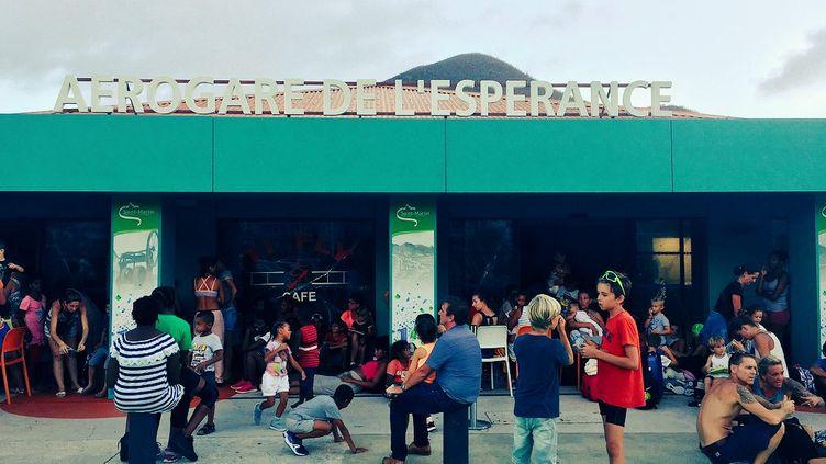 A l'aéroport de Grand-Case, le 11 septembre, des habitants de Saint-Martin attendent d'avoir une place sur un vol pour pouvoir quitter l'île. (MATTHIEU MONDOLONI / FRANCEINFO)